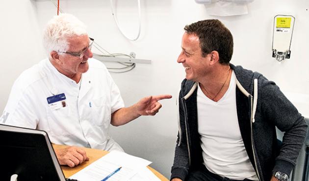 Benny Vittrup leverer gode nyheder til dagens første patient. Resultatet af den eksperimentelle behandling har resulteret i, at svulsten næsten er forsvundet sammen med en næsten sikker dødsdom. Foto: Niels Meilvang