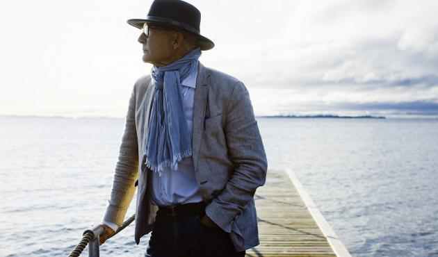Professor Allan Holmgren ved sit hjem i Snekkersten ud mod Øresund. Foto: Claus Boesen, oktober 2019